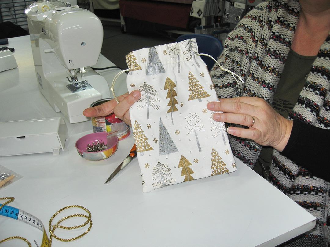 creation-pochette-par-une-eleve-lors-de-l-atelier-couture-a-theme-sur-niort