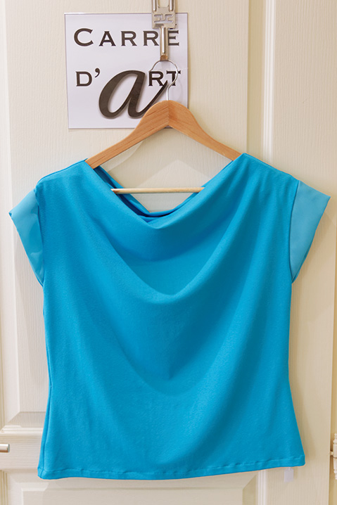 Jersey-de-coton-bleu-exposee-a-la-boutique-carre-d-art-a-cognac