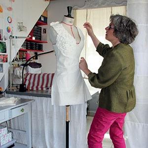 marie-ancelin-en-train-de-confectionner-un-vetement-sur-mesure-dans-son-atelier