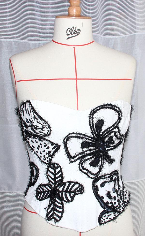 Bustier noir et blanc avec des motifs floraux
