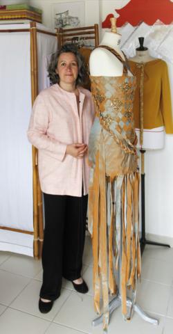 Marie qui confectionne La Belle Rousse dans son atelier couture