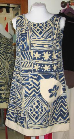 Robe-bleu-et-blanche-plus-motif