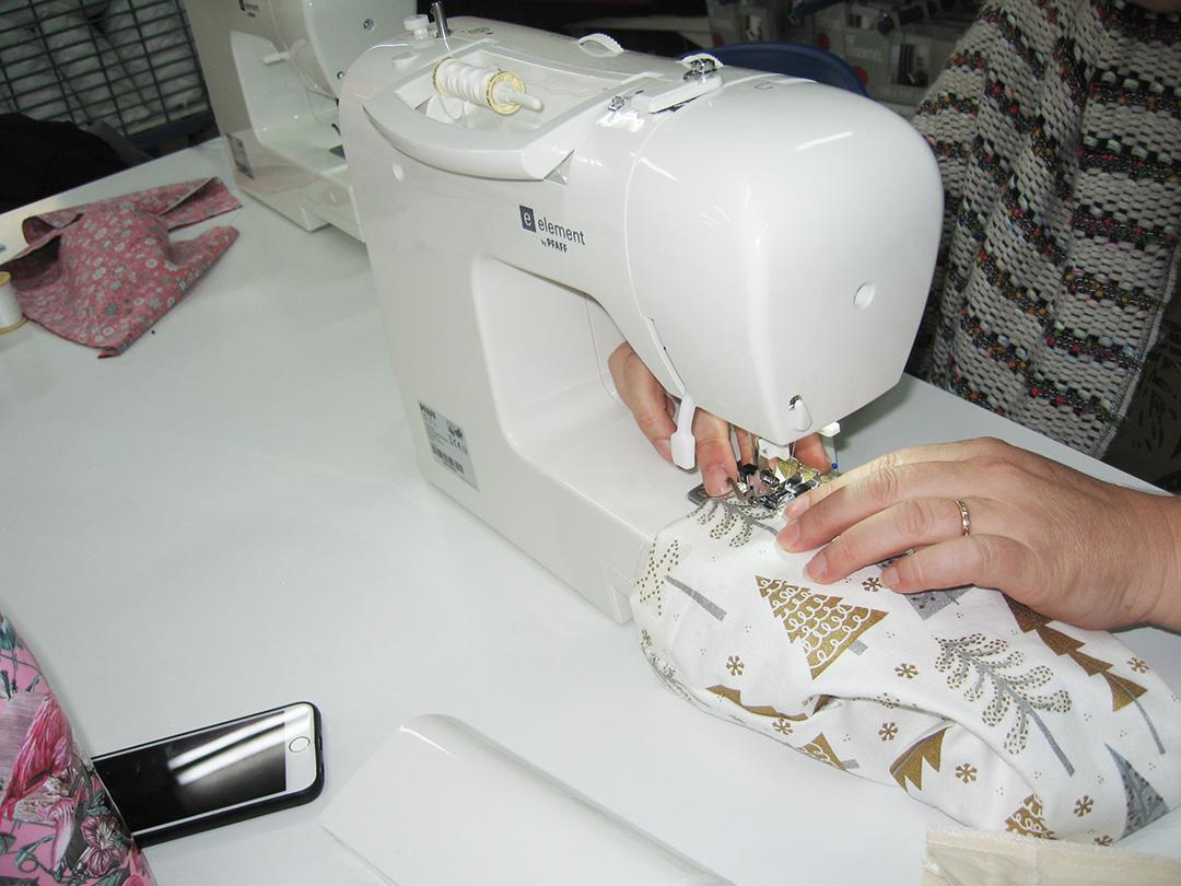 creation-d-une-pochette-cadeau-pour-noel-lors-des-ateliers-couture-marie-ancelin