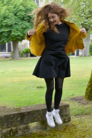 Robe noire modèle manon avec veste couleur moutarde
