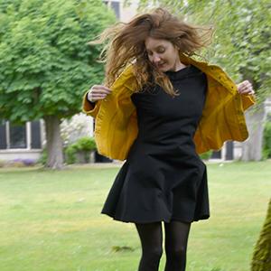 manon-portant-une-robe-de-la-collection-ma-petite-robe-noire